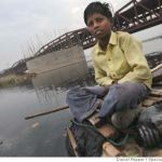 Sonepur fair: Poor Indian boys 'fish' for coins to help family